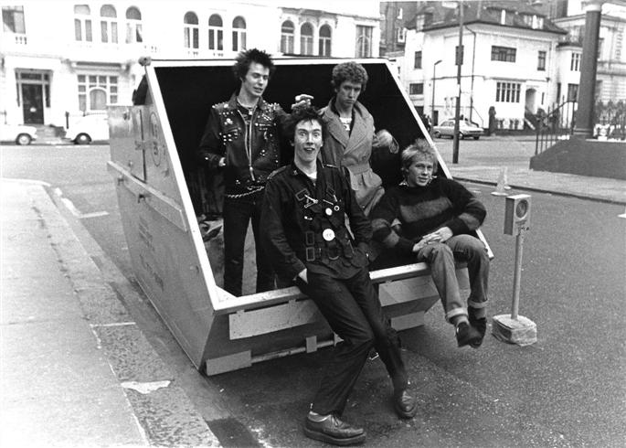 http://nicesharpknife.files.wordpress.com/2009/08/sex-pistols-london-197.jpg